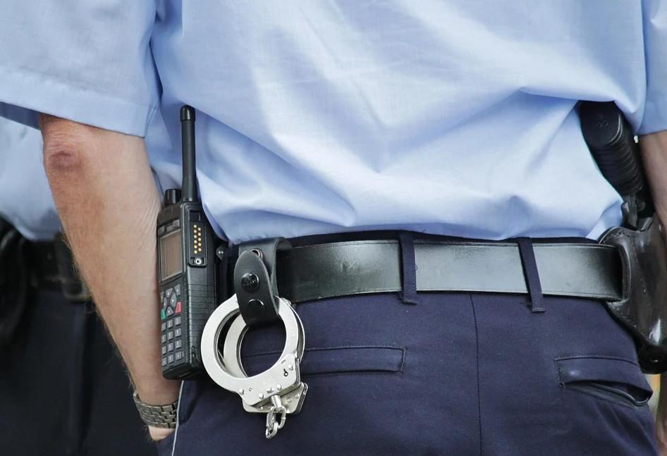 CRNOGORSKI POLICAJCI POMAŽU TURISTIMA NA PUTU: Uz osmijeh zamijenili gumu, ali to nije sve