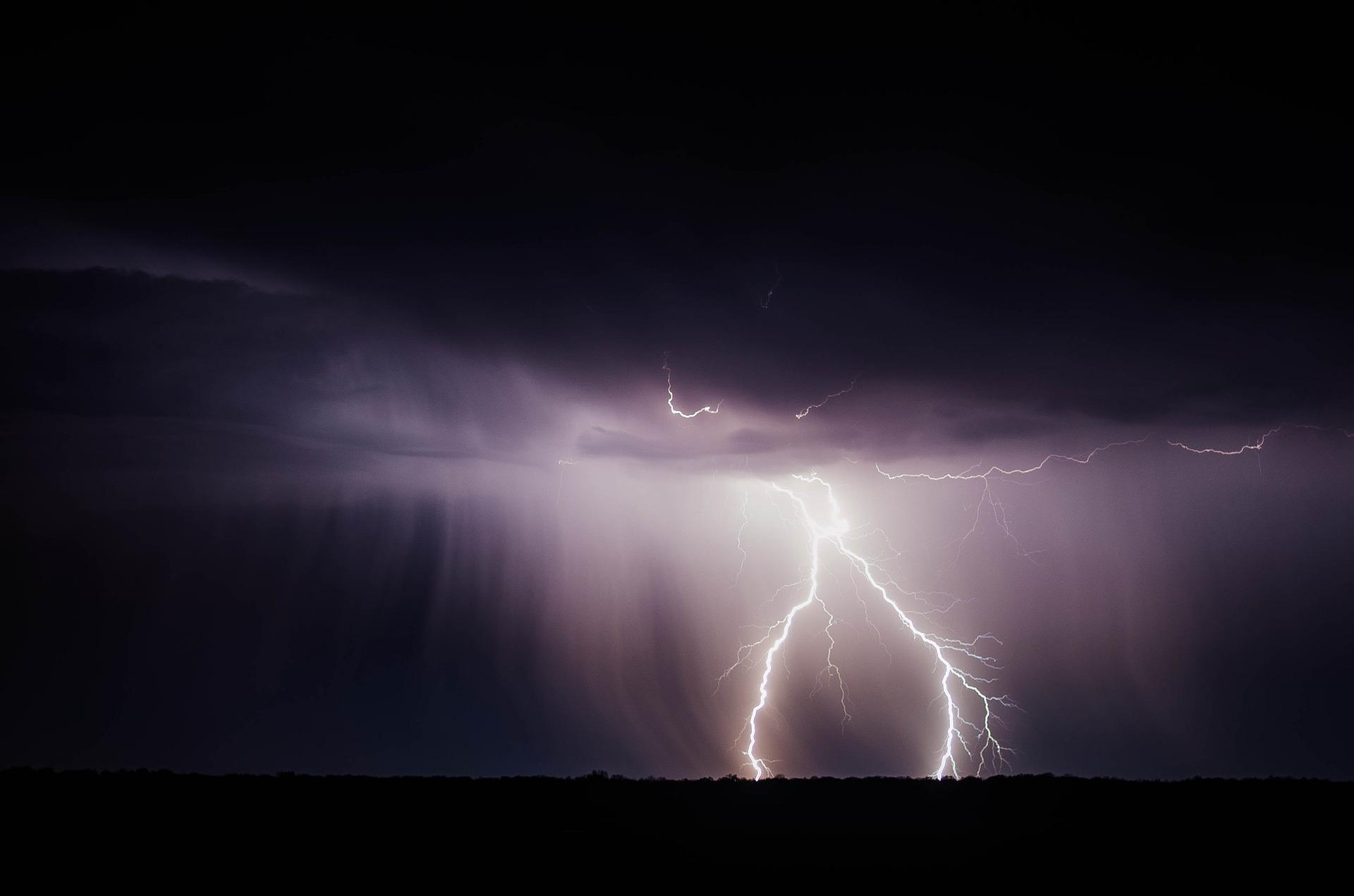 VELIKO NEVRIJEME U ITALIJI Snažna oluja odnijela jedan život, Sicilija i Kalabrija na udaru rijetkog uragana!