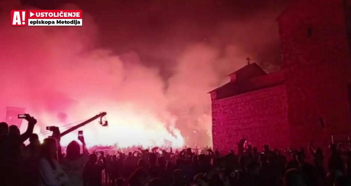 PRATITE UŽIVO PRENOS IZ BERANA Završena svečanost, narod bakljadom pozdravio patrijarha Porfirija!(VIDEO)