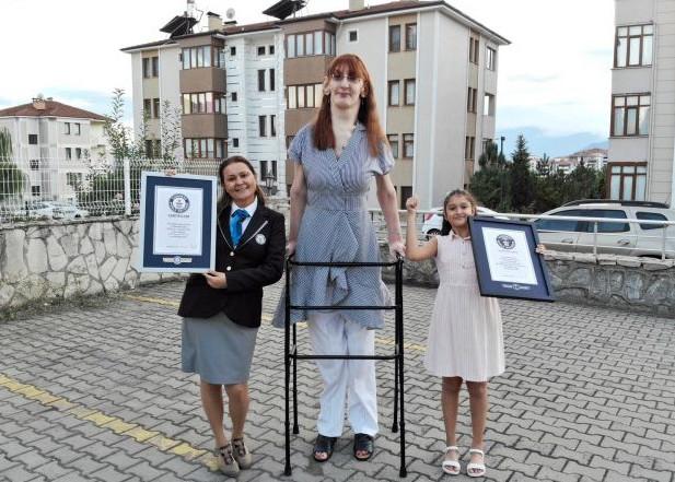 IMA 24 GODINE I VISOKA JE PREKO 2 METRA Rumejsa iz Turske ušla u Ginisovu knjigu rekorda