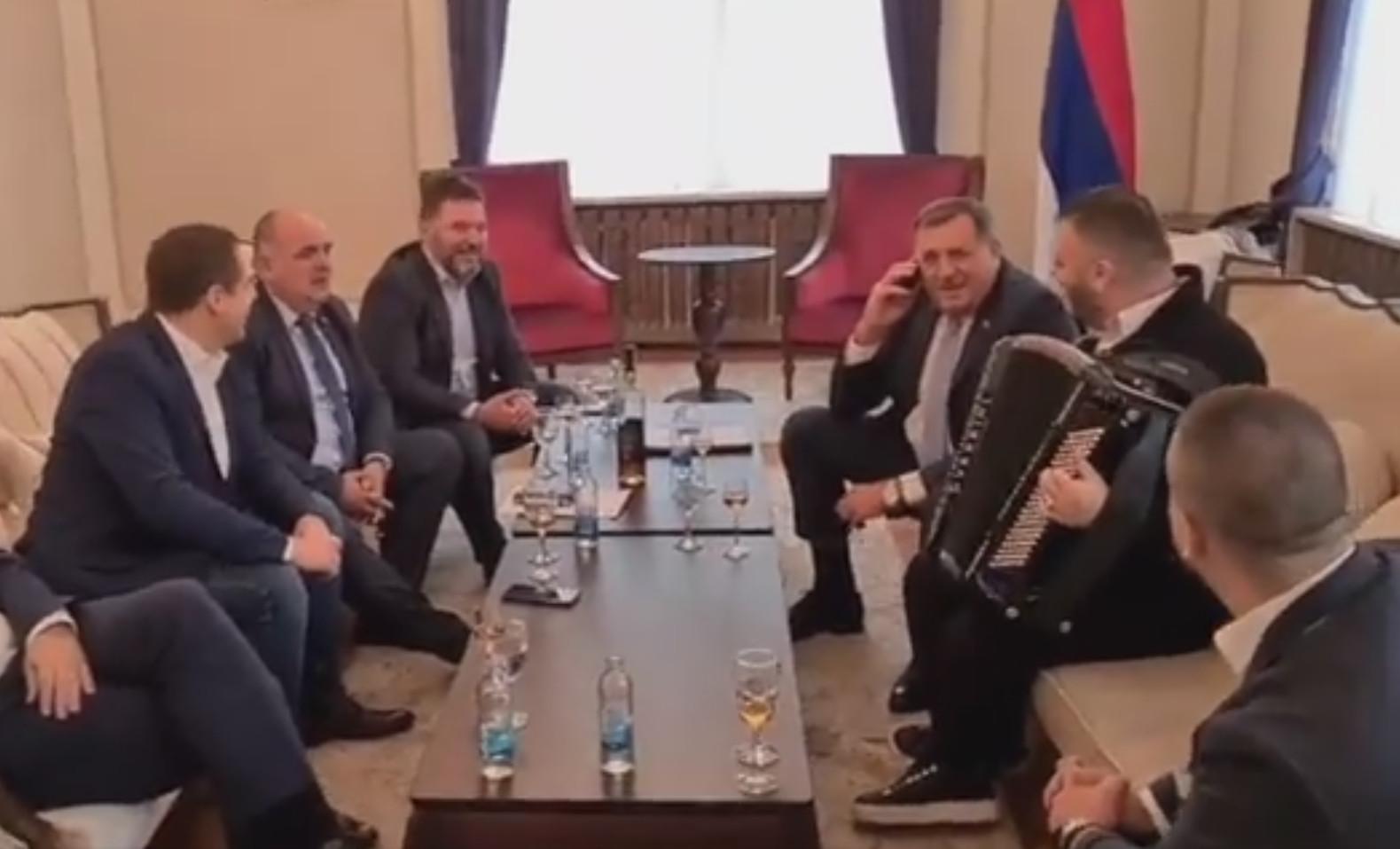 """VESELO U PREDSJEDNIŠTVU Orilo se """"Srpkinja je mene majka rodila"""", Dodik doveo harmonikaša"""